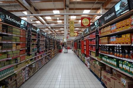 9322935-内部スペインで大規模なスーパー-マーケット。2011-年-2-月-23-日で撮影した